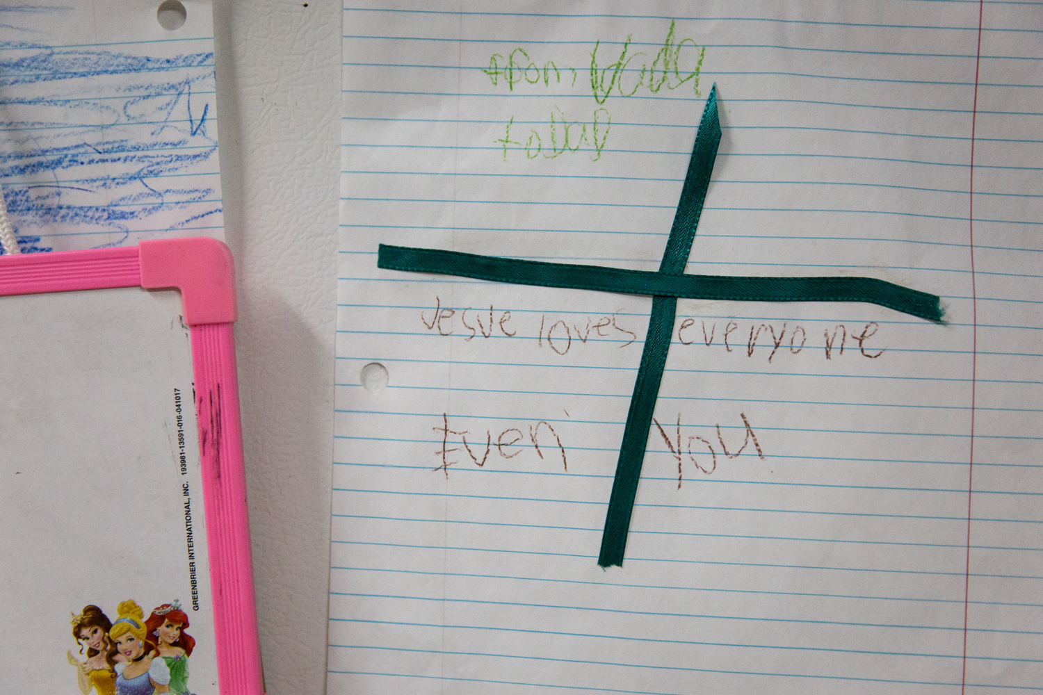 A note from Jeremy's daughter Vada hangs on the fridge. Whitney says that Vada is Jeremy's favorite.