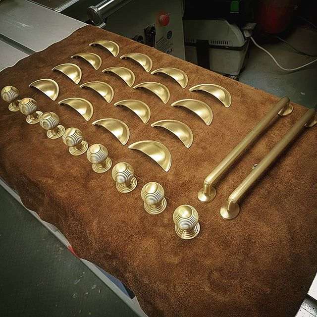 Hardware delivery just arrived, the satin brass finish on these is just fantastic 👌 The new workshop apron is finding further use as a soft surface for unpacking too! + × ÷ =  #bespokekitchens #kitcheninspo #handmadekitchens #satinbrass #hardware #lincolnshirekitchenmaker #bespokecabinetmaker #bespoke #kitchenhandles #brass #handcraftedkitchens #handpaintedkitchens #chesterandmorris #lincolnshirekitchens #traditionalkitchens #handmade #solidbrass #kitchenenvy #kitchensofinsta #cabinetmaker #woodworker #cabinetmaking #bespokecabinetmakers #brassandblueforthewin #cuphandles #reededknob #barhandles