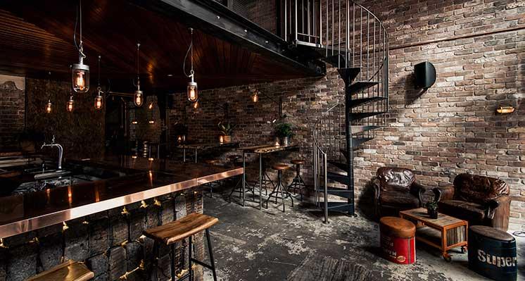 Donny's bar.  staat bekend als de concrete playground van manly.