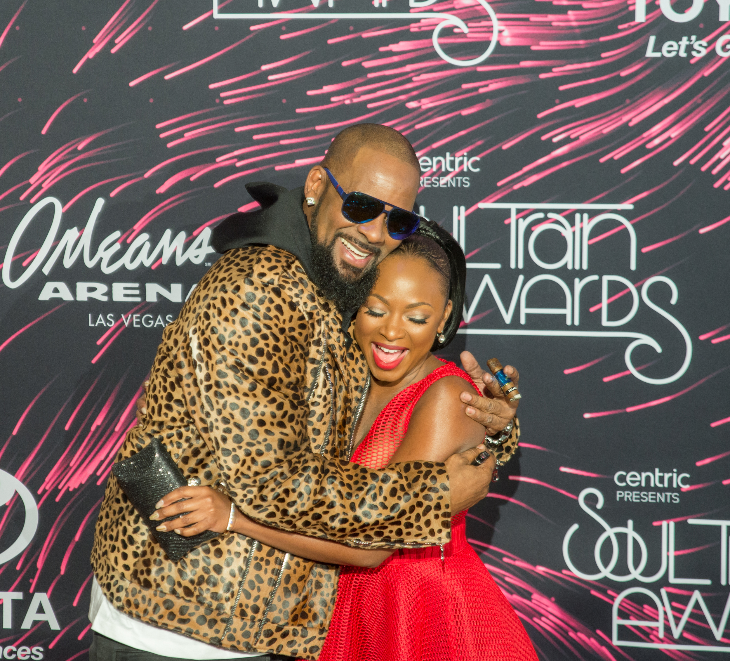 R.Kelly&Naturi Naugthan share a huge on the red carpet at the Soul Train Awards