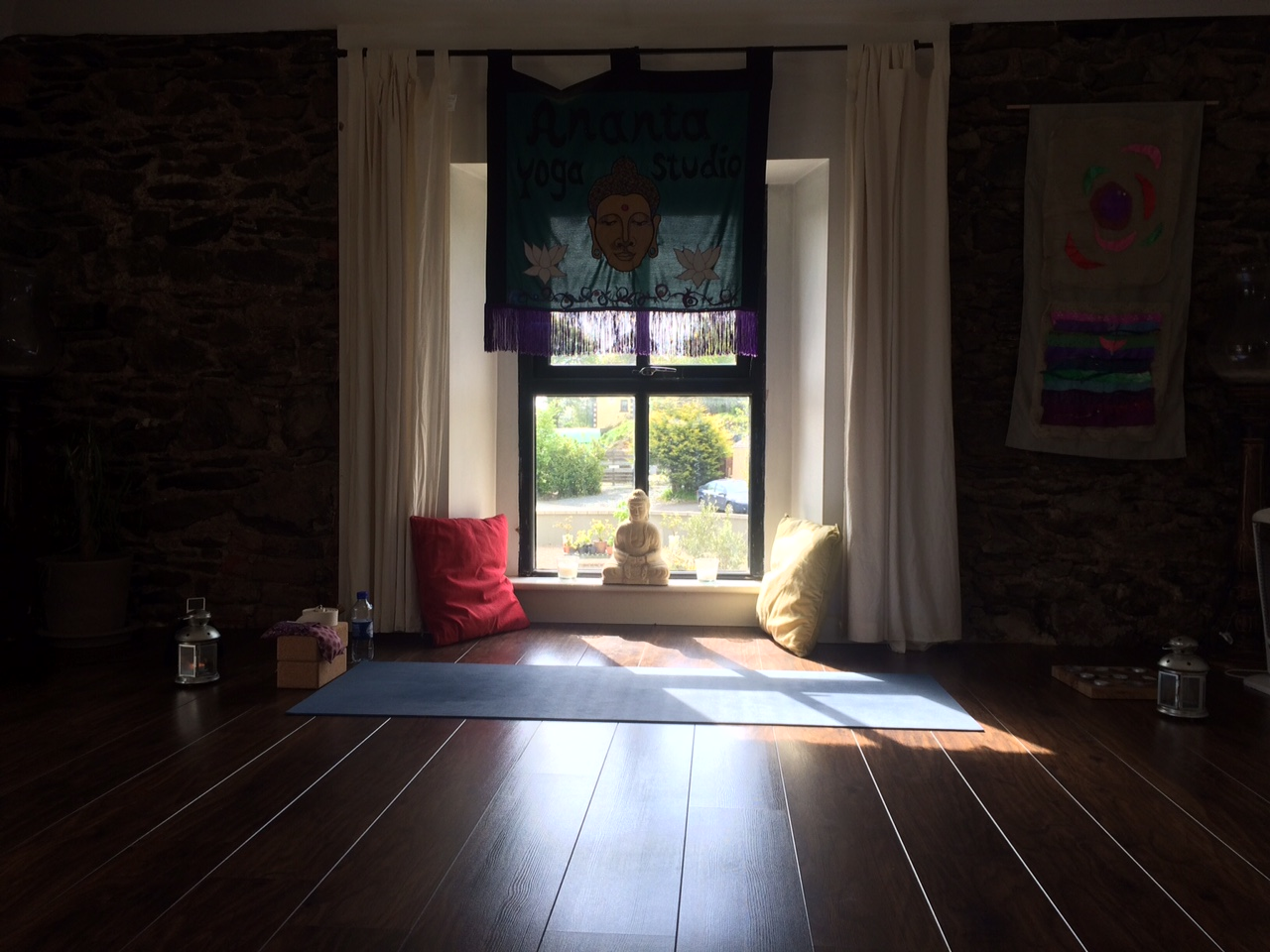 Bliss to find a proper, beautiful yoga studio while on the road. It doesn't happen often when we travel from small mountain town to the next. A very welcome session with Hannah & Kelli indeed.