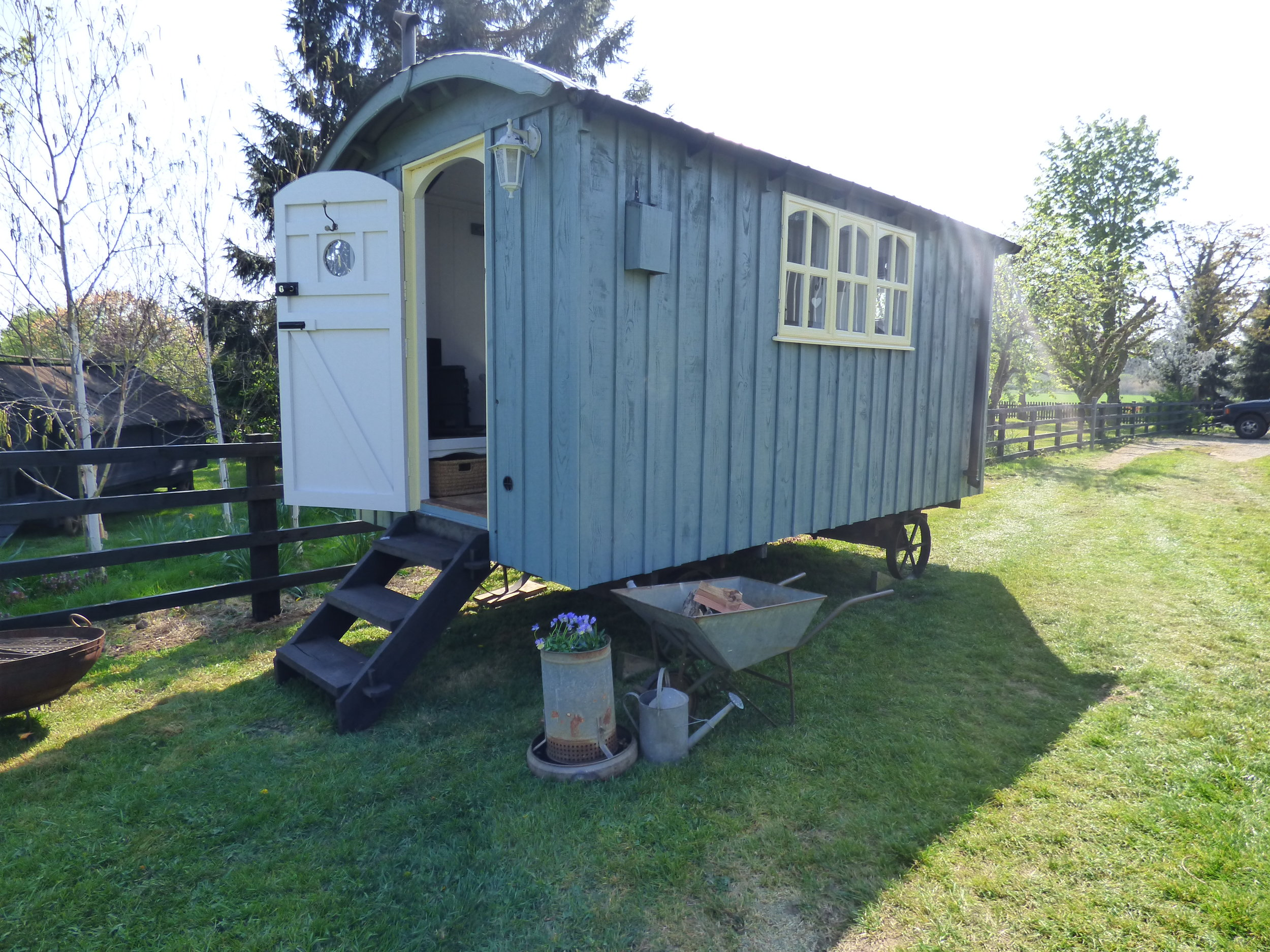 marys_shepherds_hut_white_mills_marina_river_nene_