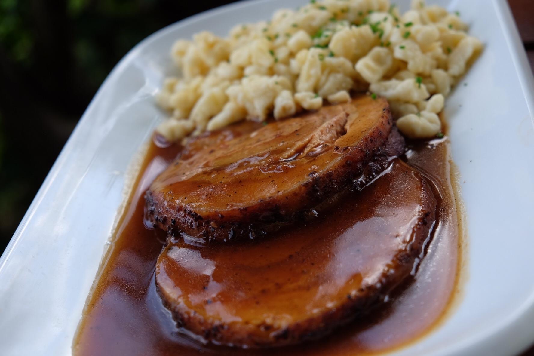 Spécialité de la bavière : Schweinebraten mit schnitzel (porc et pâtes)