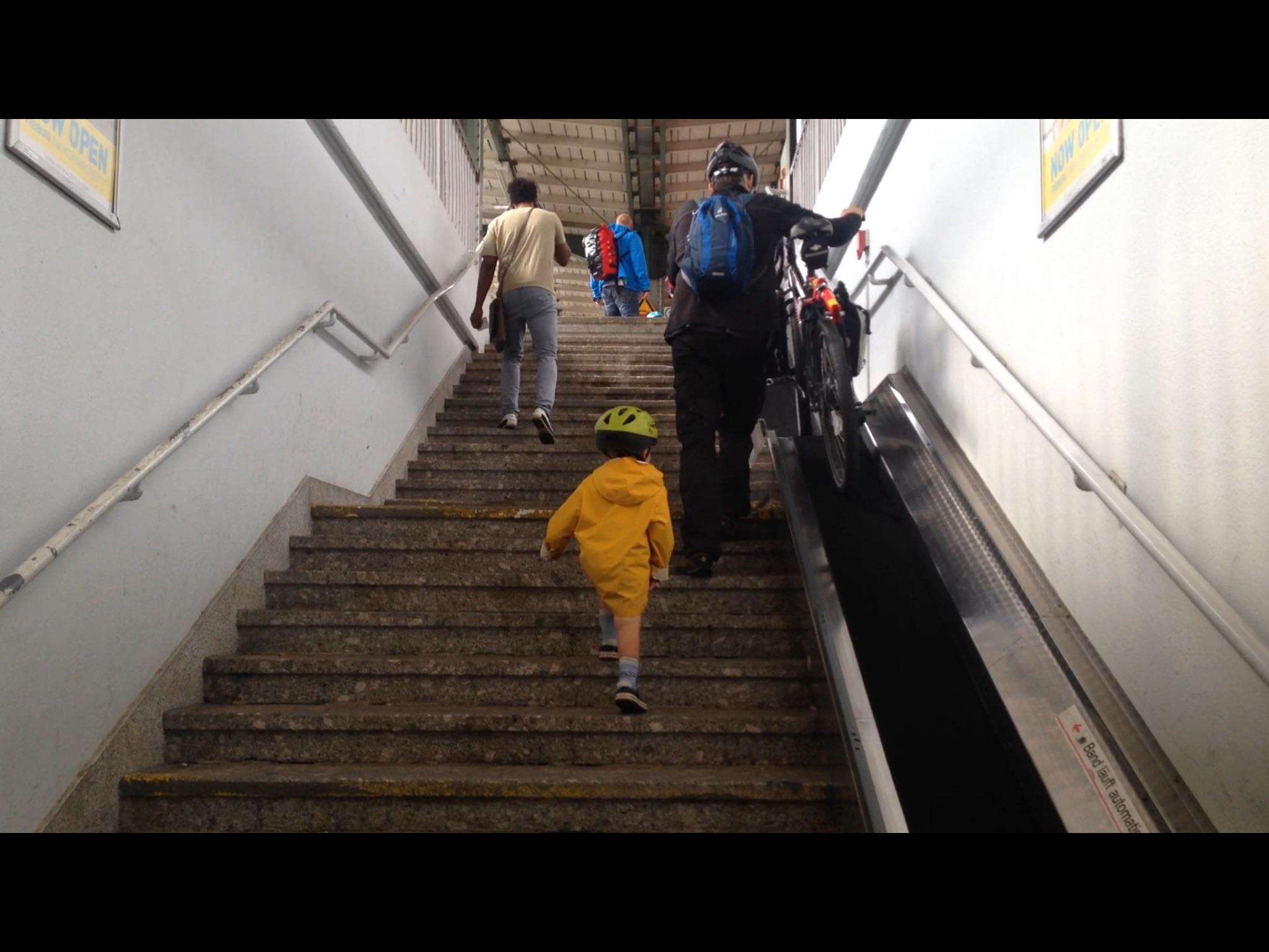 Pratique le tapis roulant à la gare !