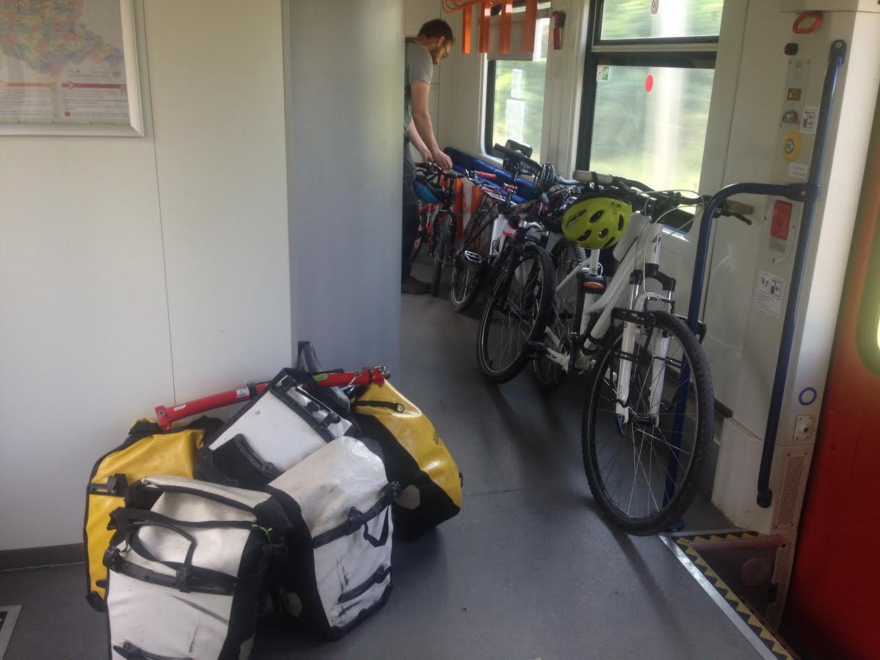 La routine pour monter dans le train, on enlève les sacoches, les petits montent, puis les vélos, puis les sacoches