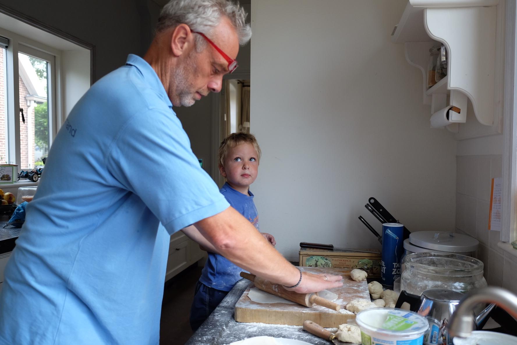 C'est en Hollande qu'on apprend à faire le pain turc ;) Elio est un très bon assistant !    Carolein, Frank et leurs enfants vivent dans une maison qui date de 1876. Ils l'ont rénovée eux-mêmes alors que leur fille et leurs jumeaux étaient encore petits. Un long travail pendant les 6 ans de travaux, beaucoup de courage et de determination. Voici leur vision de l'aventure.