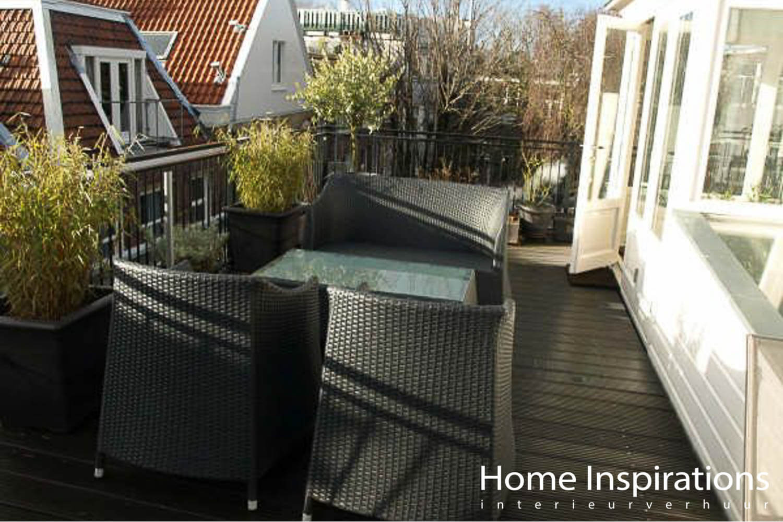 Balkon met groen en een zitje