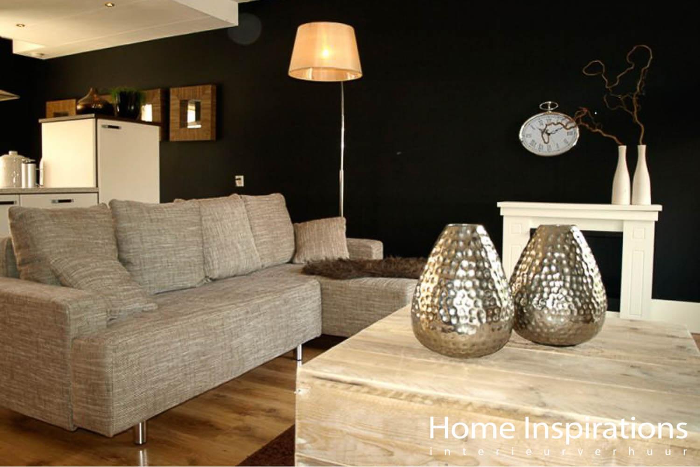 Woonkamer donkere muur en licht meubilair