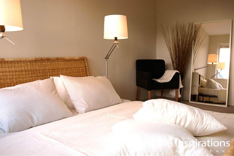 Opgemaakt bed met wit dekbedovertrek landelijk