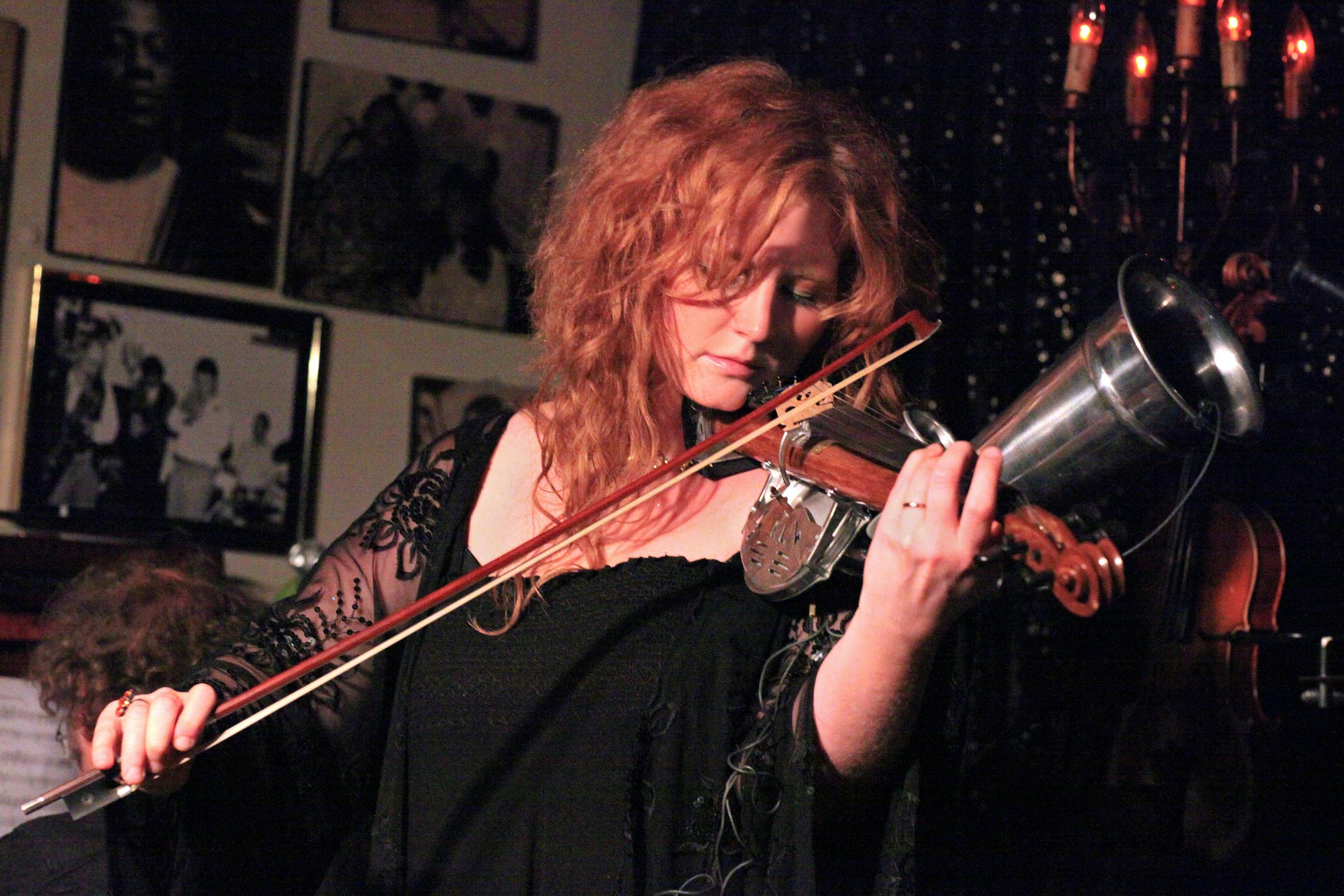 Martina Eisenreich with grammhone violin (live). Photo: Le Pirate