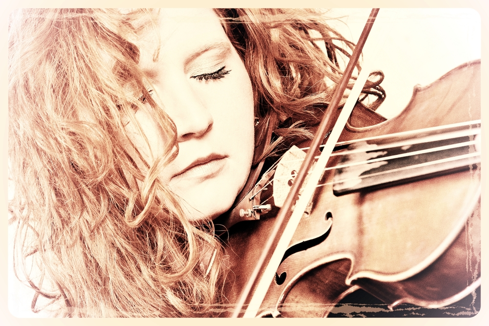 Martina Eisenreich, violin.  Fotography by Mike Meyer. (Graphic, 500 KB)