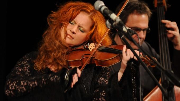 """Martina Eisenreich - Fotography by Peter Hinz-Rosin / Sueddeutsche Zeitung. """"Egal ob Geige, Klavier, Lampenschirm oder Thermoskanne - alles kann in der Welt der Musik verwendet werden, um den Zuhörer zu berühren. Denn in dieser Welt sind keine Grenzen gesetzt. Das scheint vor allem für Musiker wie Martina Eisenreich zu gelten. Ihr gelingt es, die Menschen nicht nur zu berühren, sondern sie zu umgarnen, sie einzufangen, wenn sie mit ihren Stücken...""""  [mehr...]"""