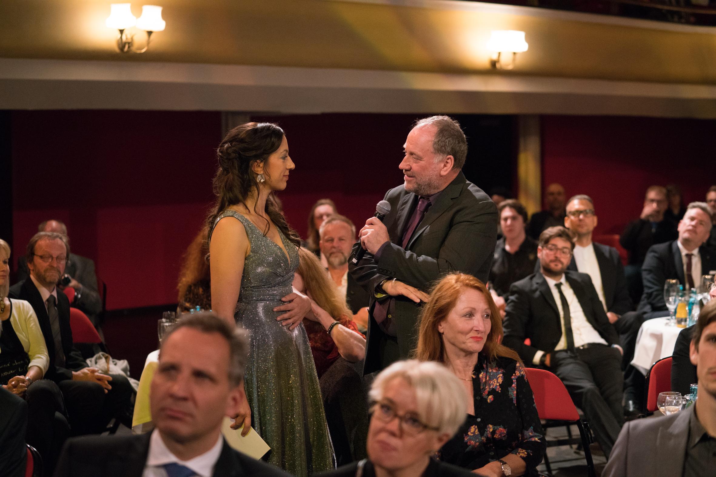 """Ellen Schweda (Moderation) im Gespräch mit Harold Faltermeyer (Ehrenpreisträger 2017, Komponist """"Top Gun: Maverick""""). Foto:  deutscherfilmmusikpreis.de , ©Joachim Blobel"""
