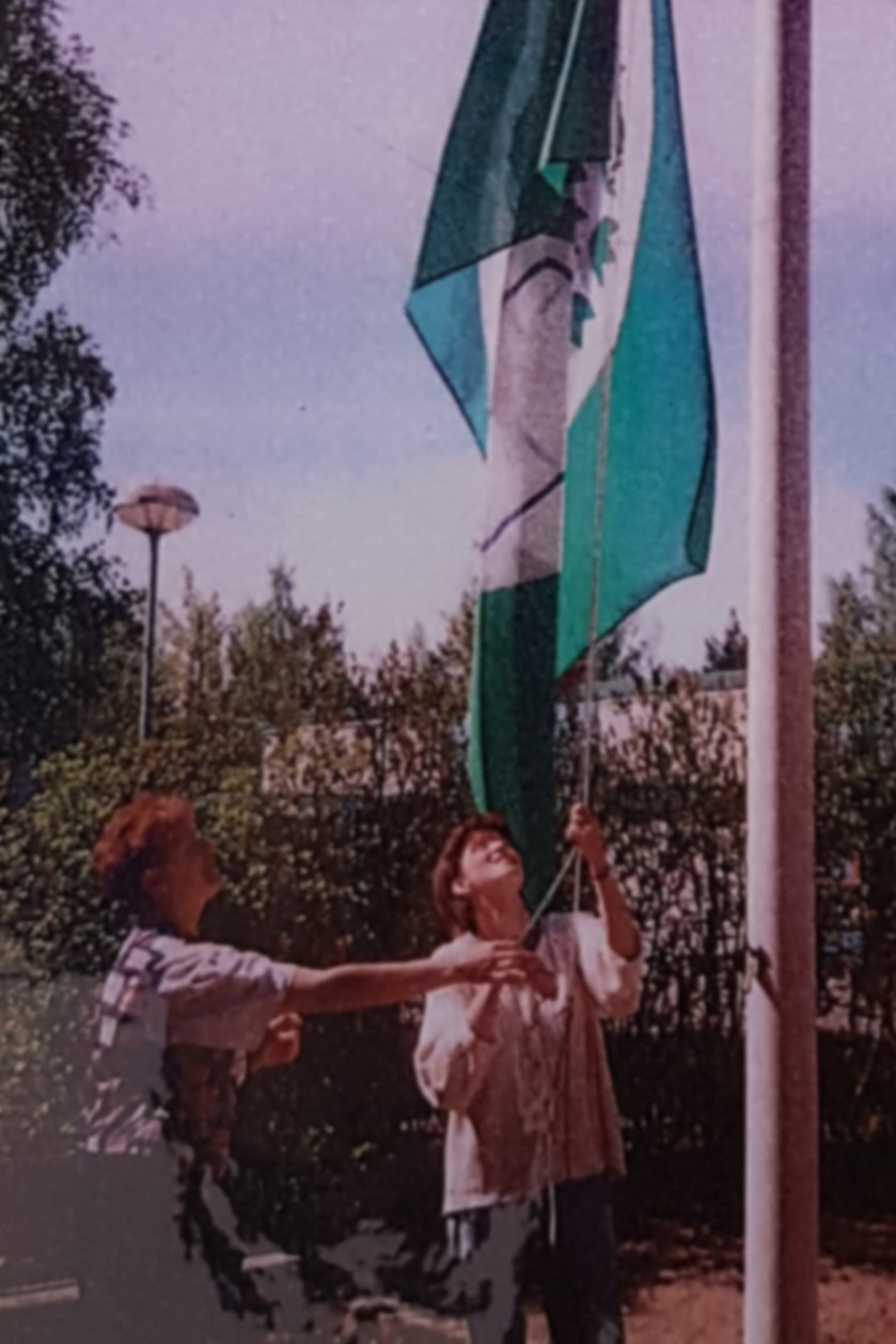 Päiväkoti Neulanen raises one of Finland's three first Green Flags in May 1999. Photo: Newspaper archive picture