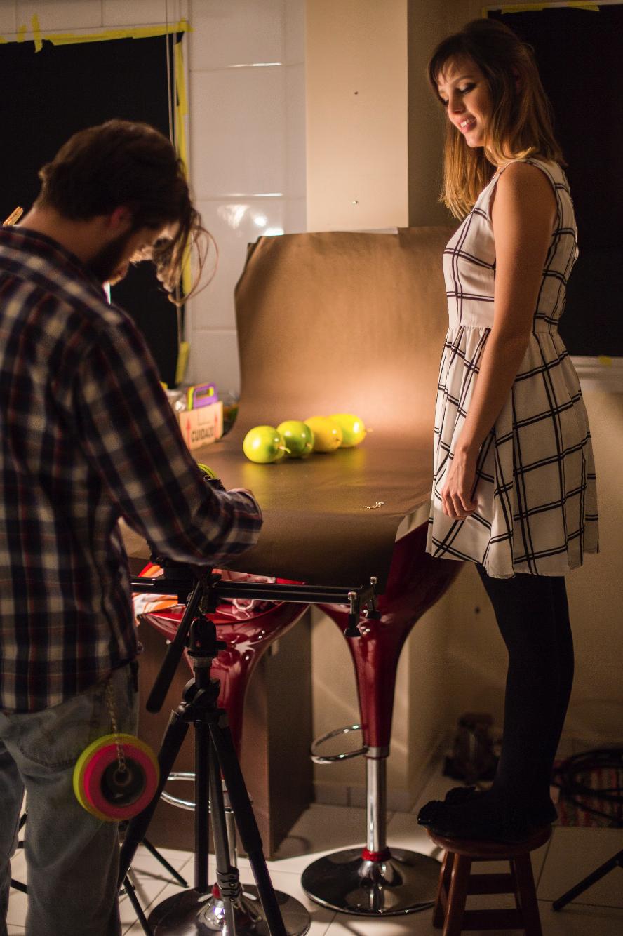 """Johann (diretor de fotografia), Pati (do Fru-fruta) e maracujásno set de """"Flan de tapiocacom calda de frutas amarelas""""."""