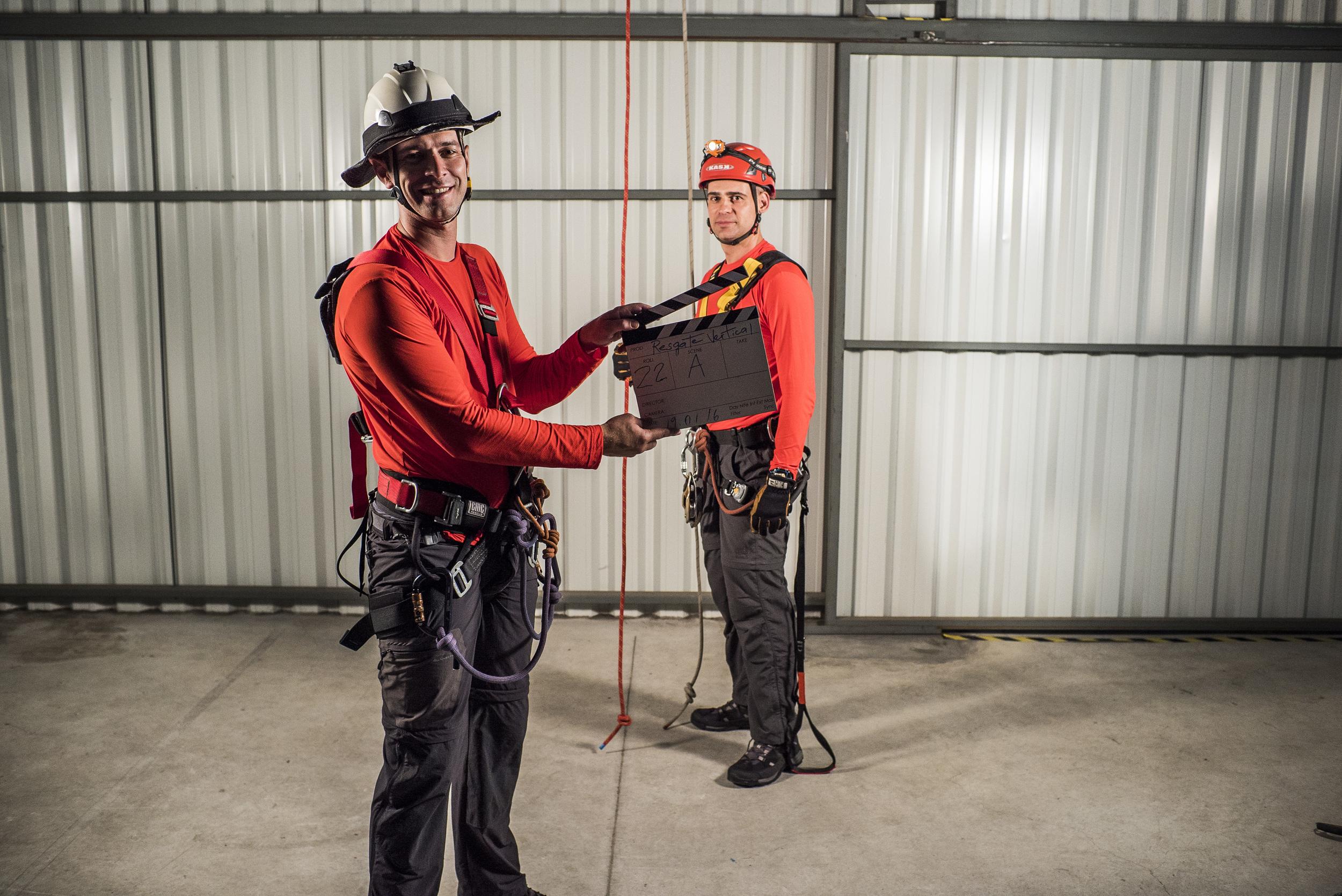 Eduardo Aguiar, bombeiro e escritor do livro Resgate Vertical, ajudando na produção. Foto: Johann Stollmeier