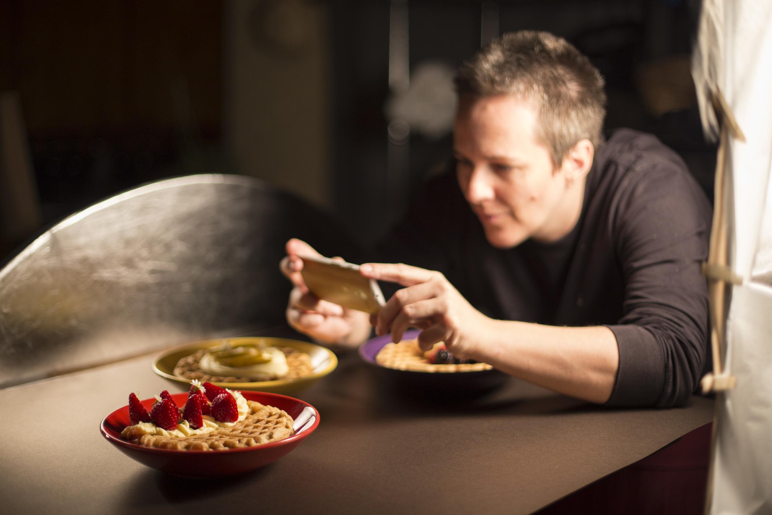A food stylist Ana Spengler registrando os Waffles da série Céu da Boca. Foto: Bruna Michelin