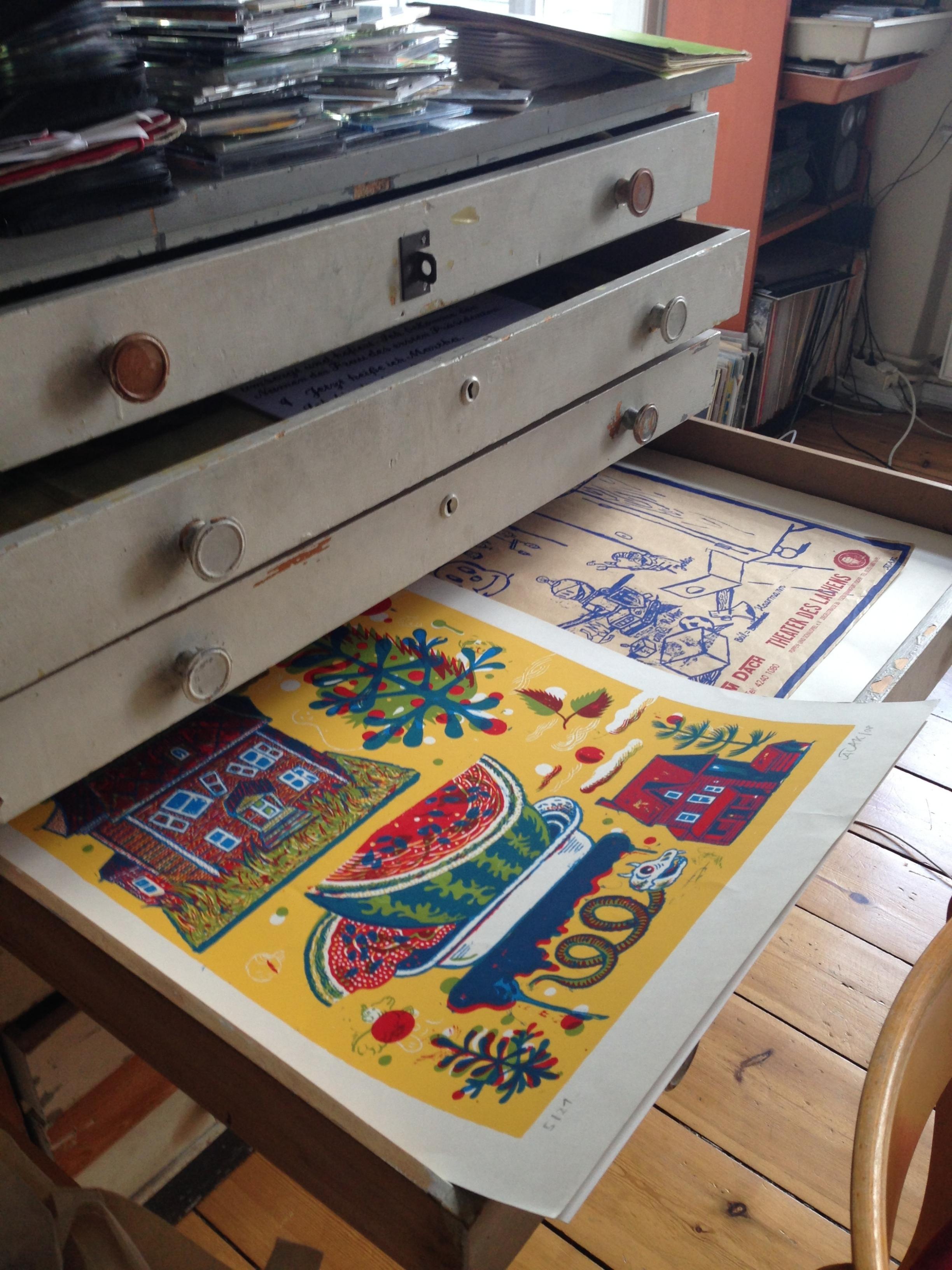 Originais e prints têm espaço no estúdio, mas também estão disponíveis nas galerias que representam o artista
