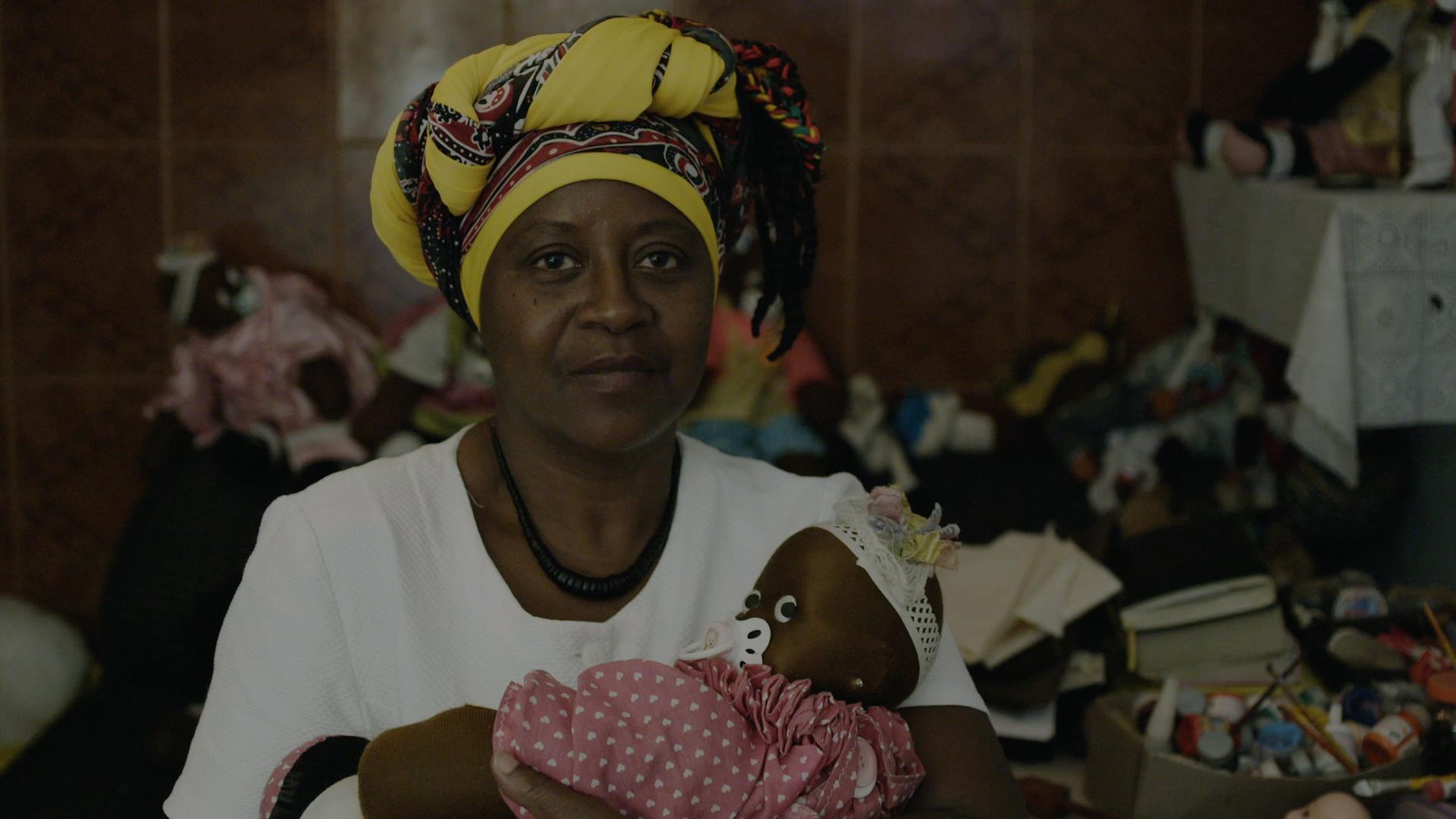 Ana Fulô, que há mais de 15 anos começou a fazer as bonecas com objetivo de elevar a autoestima das crianças negras -  Foto: divulgação