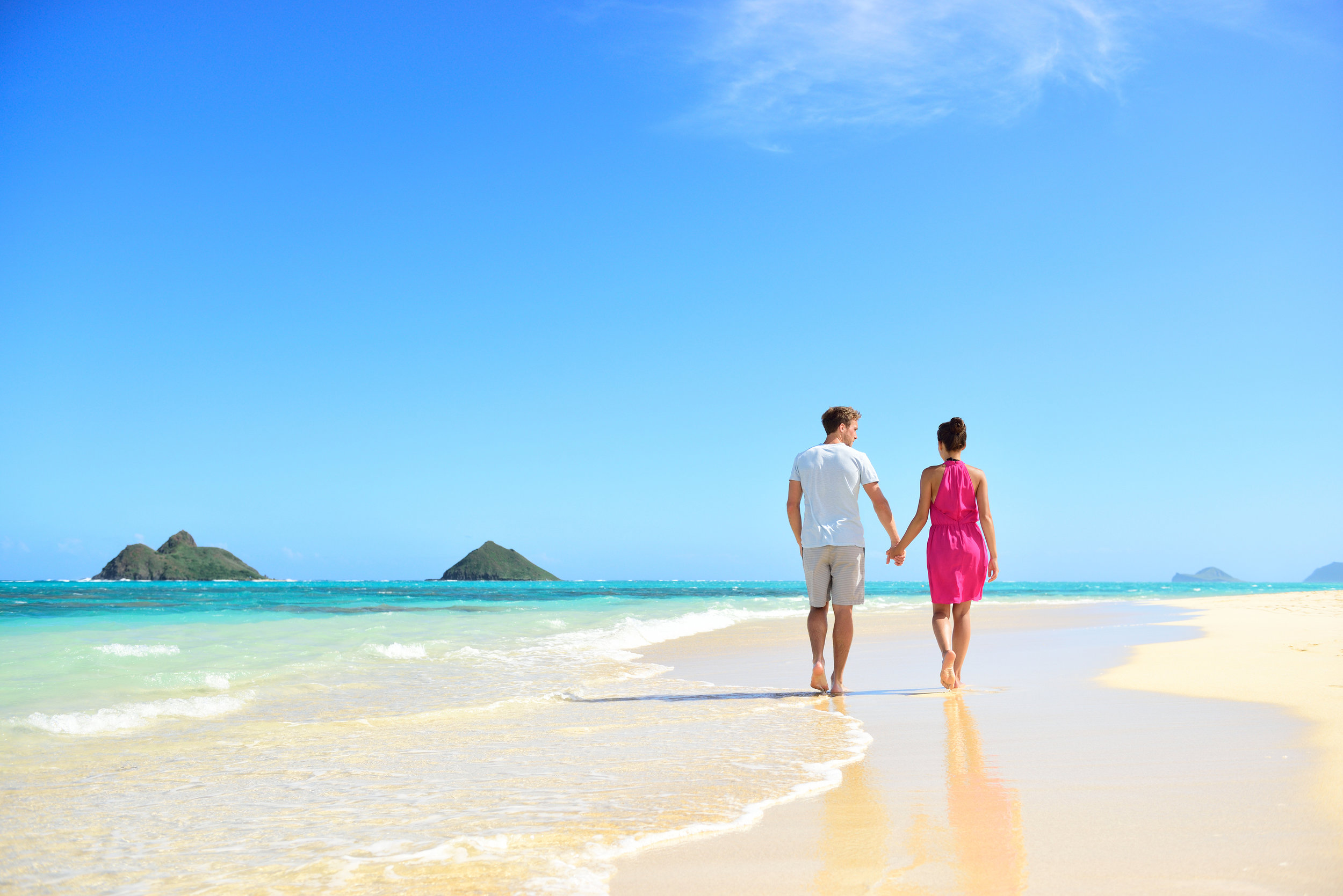 bigstock-Beach-honeymoon-couple-holding-90030590.jpg
