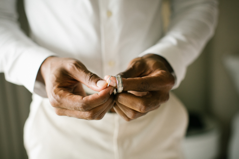 groom_holding_rings