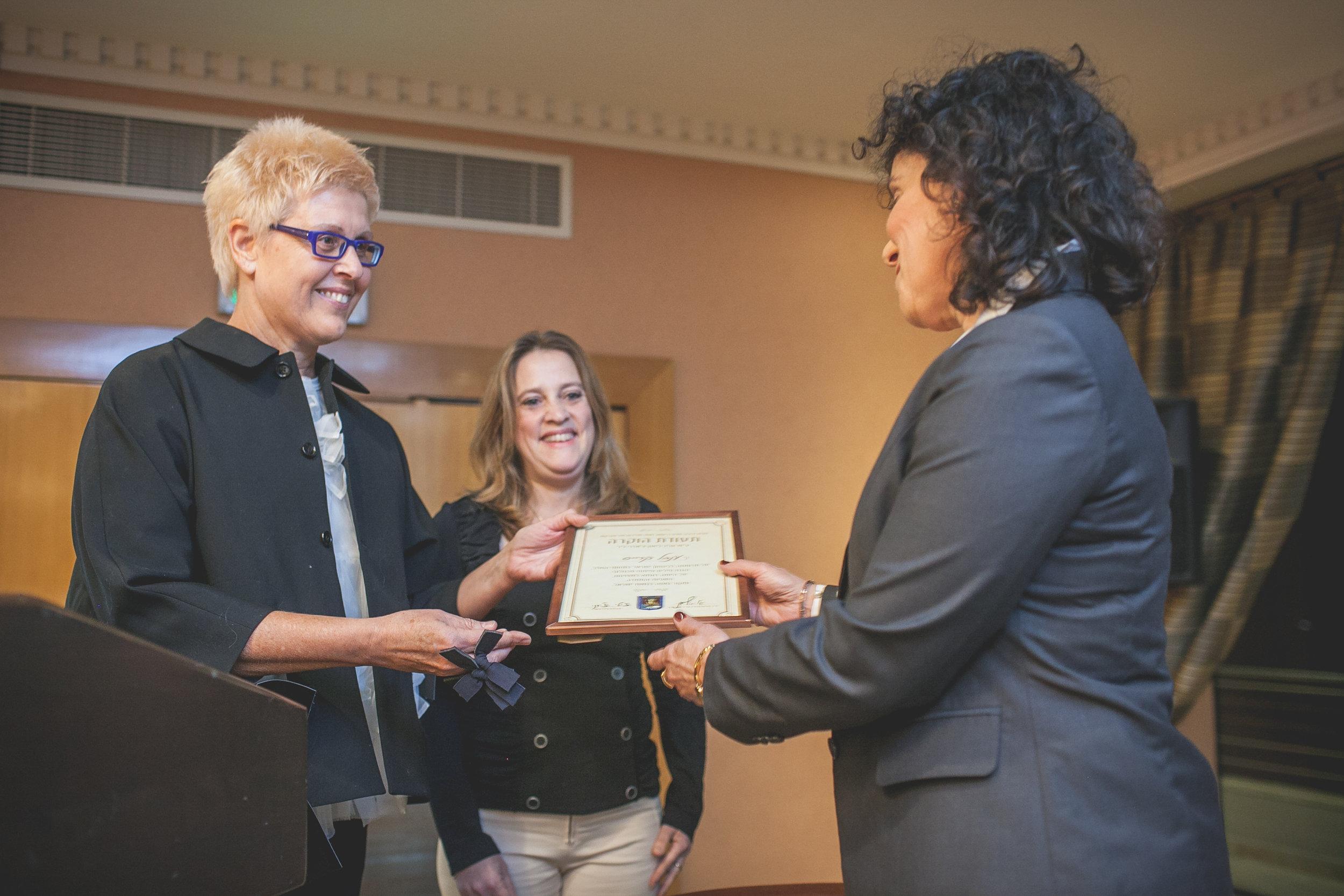 Ms. Tzili Charney presenting the award to Ms. Inbal Kreis
