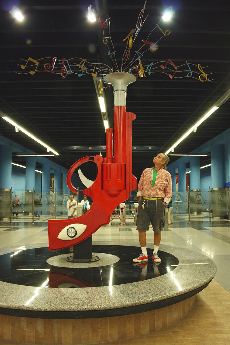 Johnny Bonnelly junto a su obra  Vitrola en la estación Juan Bosch del Metro de Santo Domingo. 2010. Foto cortesía del artista.