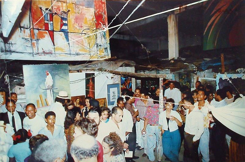 Imagen de la primera edición de la Bienal Marginal celebrada en 1992 en el barrio de Santa Bárbara (Santo Domingo). Fotografía cortesía de la Fundación Silvano Lora.