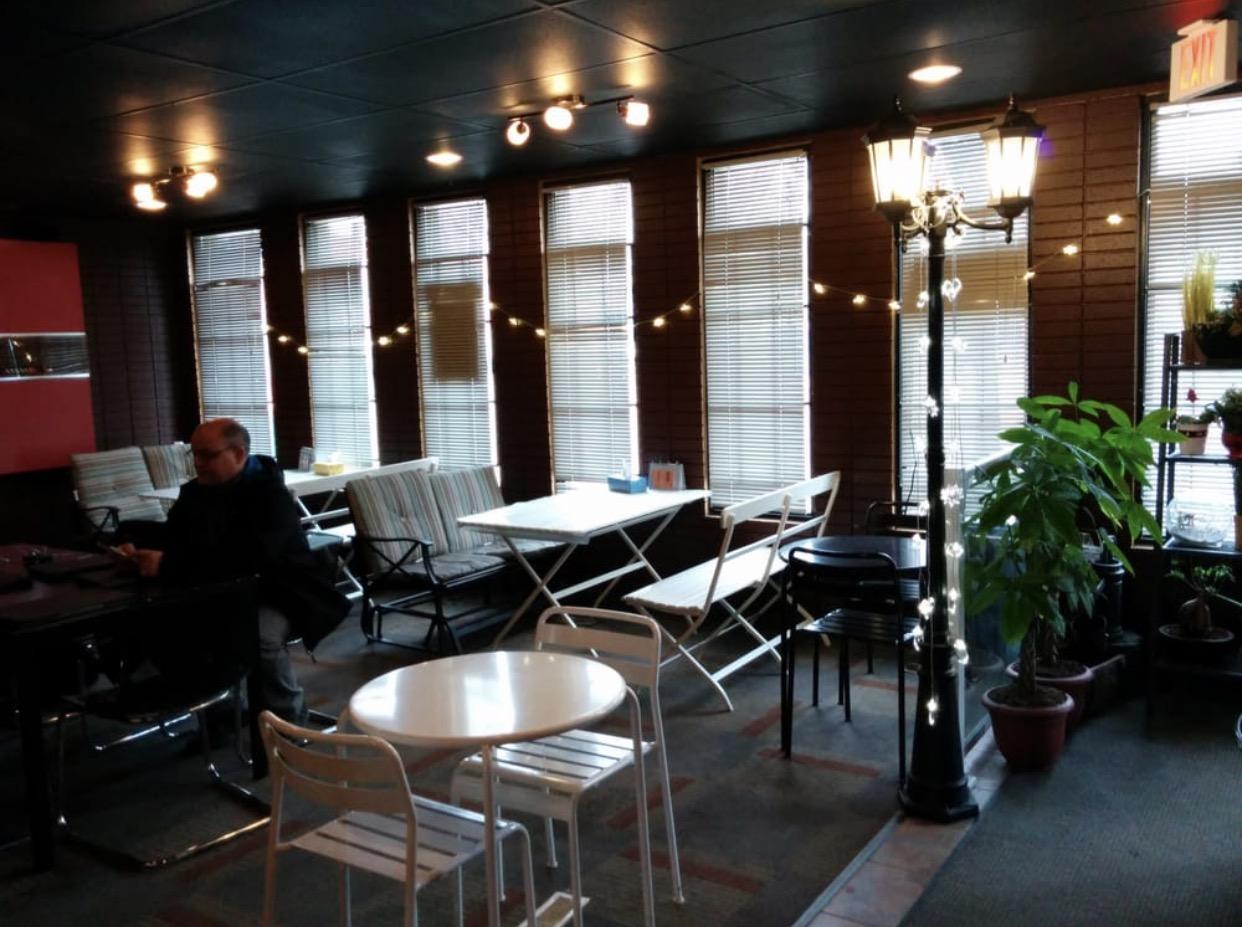 大厅带有植物藤花的小廊是我最喜欢的地方,凳子是摇椅,夏日里喝着奶茶,吃着地道的锅内街头小食,可谓惬意!
