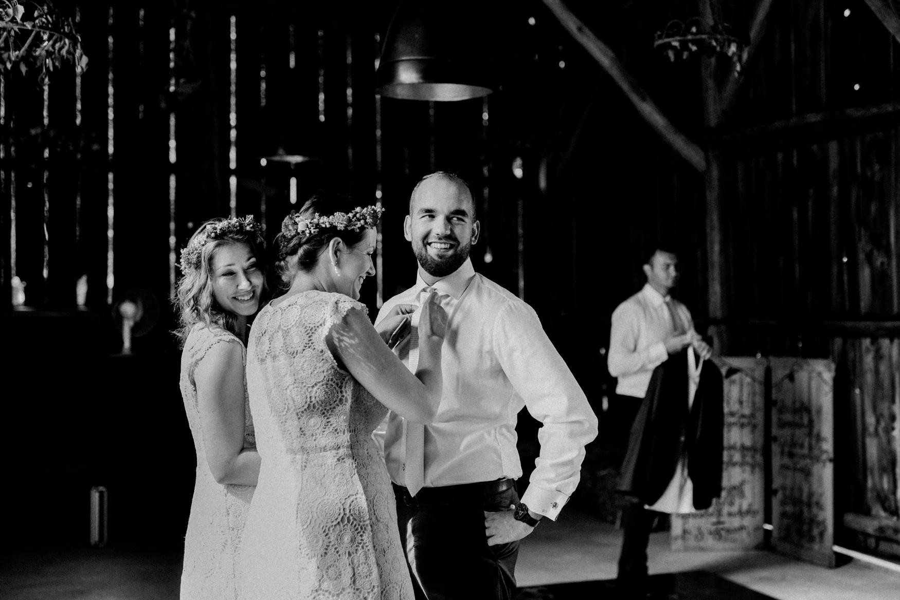 1 rustic summer barn wedding 017.jpg