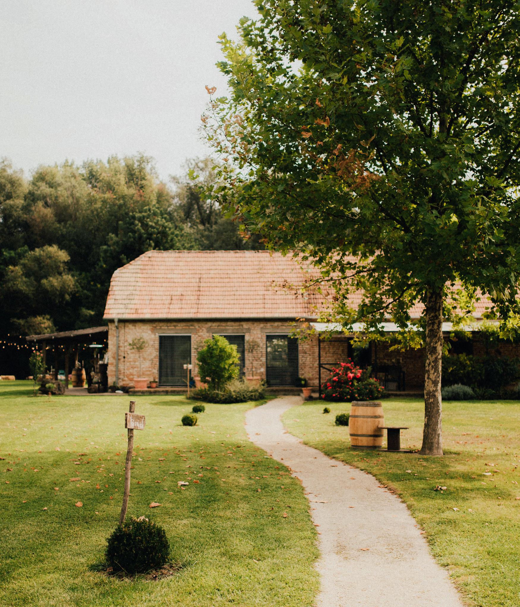 1 rustic summer barn wedding 019.jpg