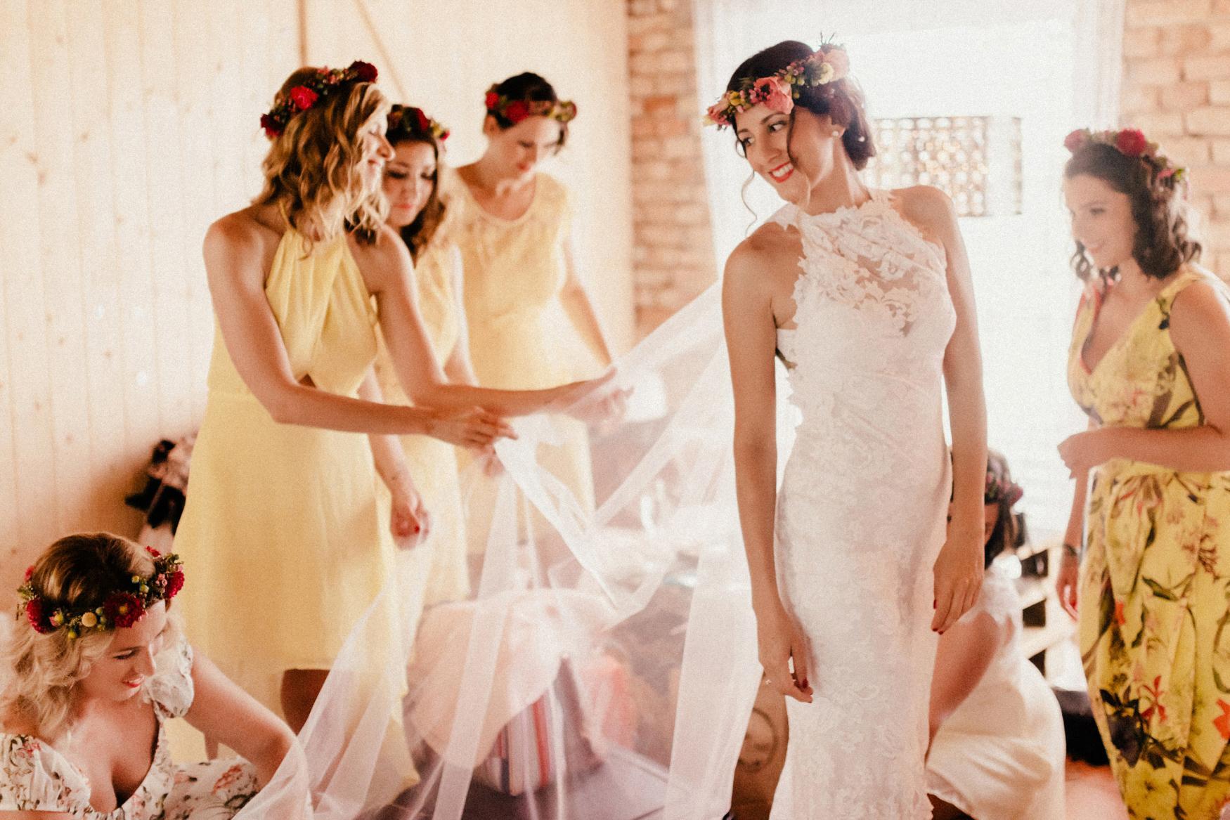 1 rustic summer barn wedding 034.jpg