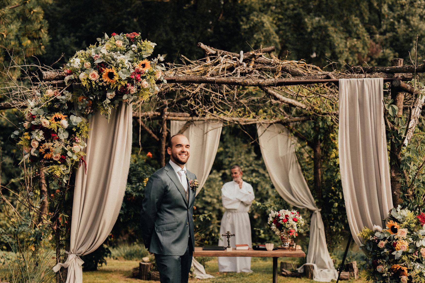 1 rustic summer barn wedding 049.jpg