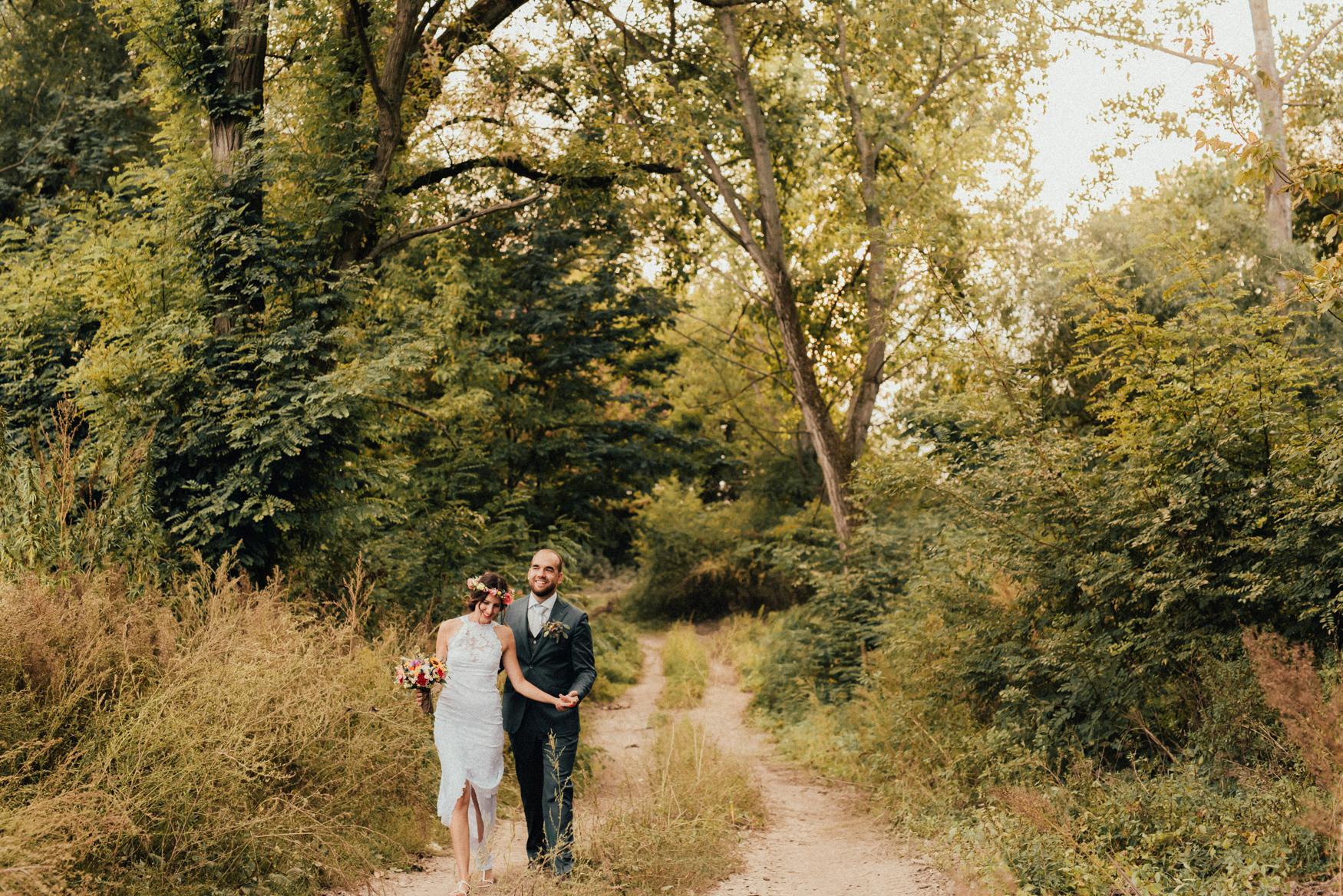 1 rustic summer barn wedding 080.jpg
