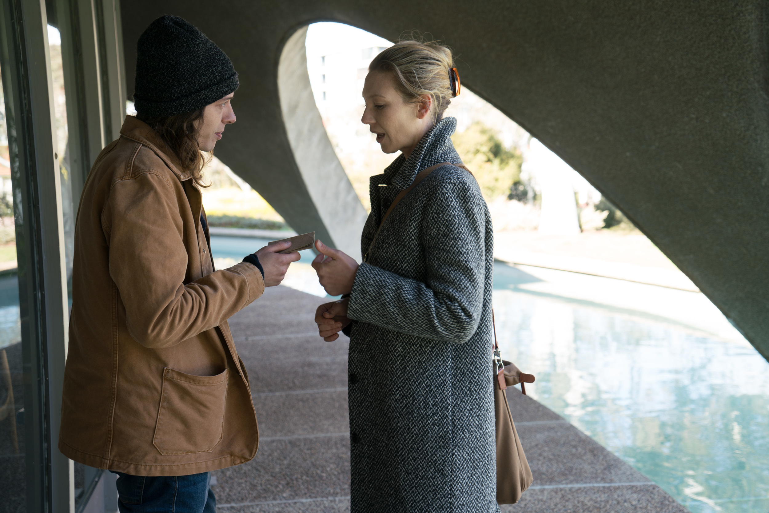 Secret-City-Harriet-Anna-Torv-asks-Felix-to-decrypt-the-SIM.jpg