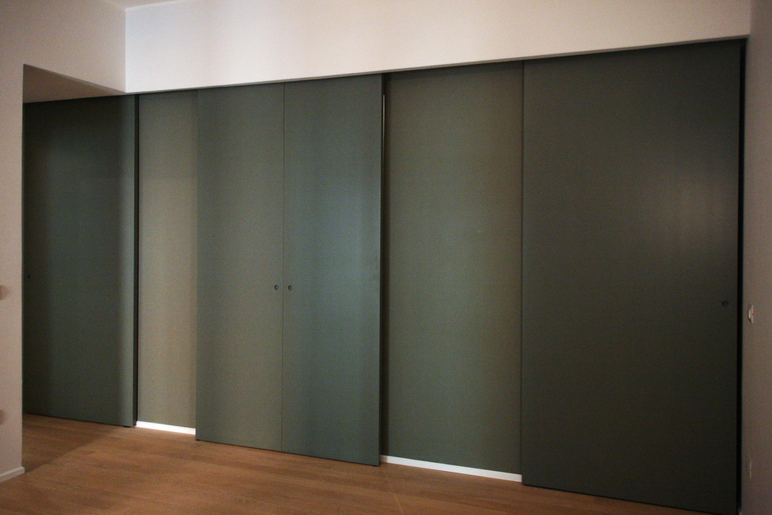 Il sistema di porte scorrevoli che separa la zona living da ingresso e cucina.