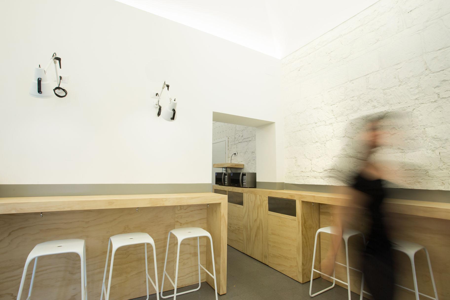 Gli spazi per la consumazione veloce, che attraverso il disegno dei banconi e la scelta dei materiali suggeriscono la concatenazione degli ambienti del nuovo punto vendita.