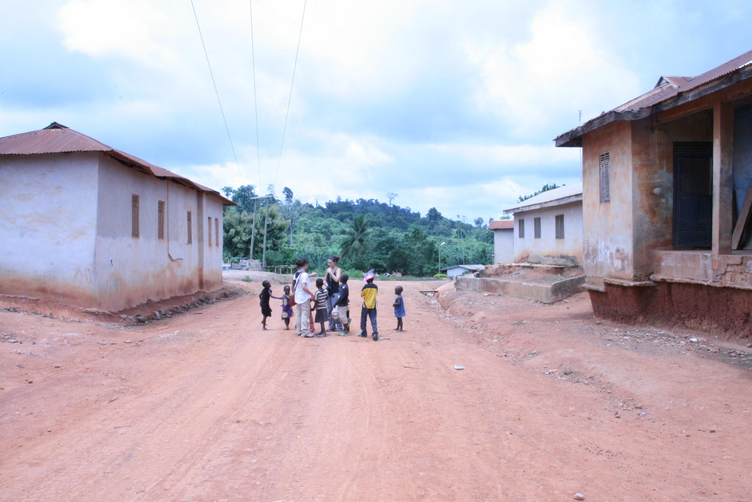 La strada principale del villaggio di Abetenim, Ghana.