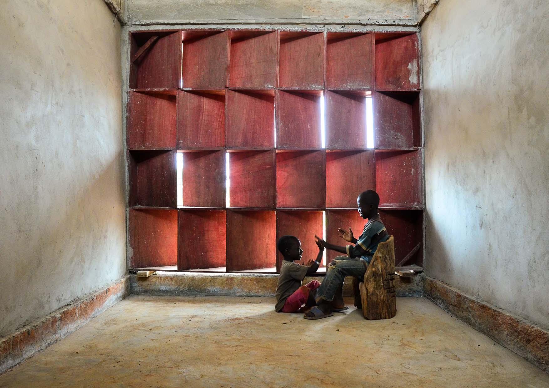 La sala comune con la grande finestra in legno. Foto Martina Caldarigi.