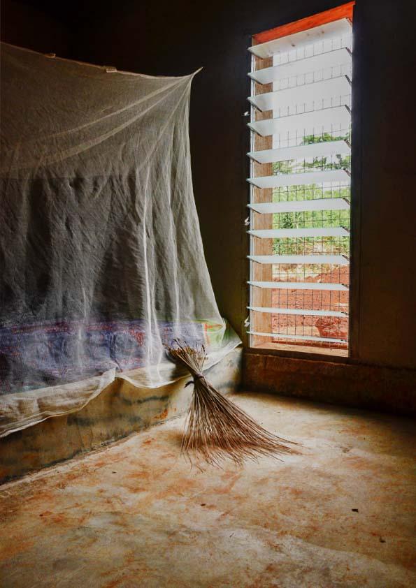 Una delle stanze da letto, con la finestra protetta dai brise-soleil. Foto Martina Caldarigi.