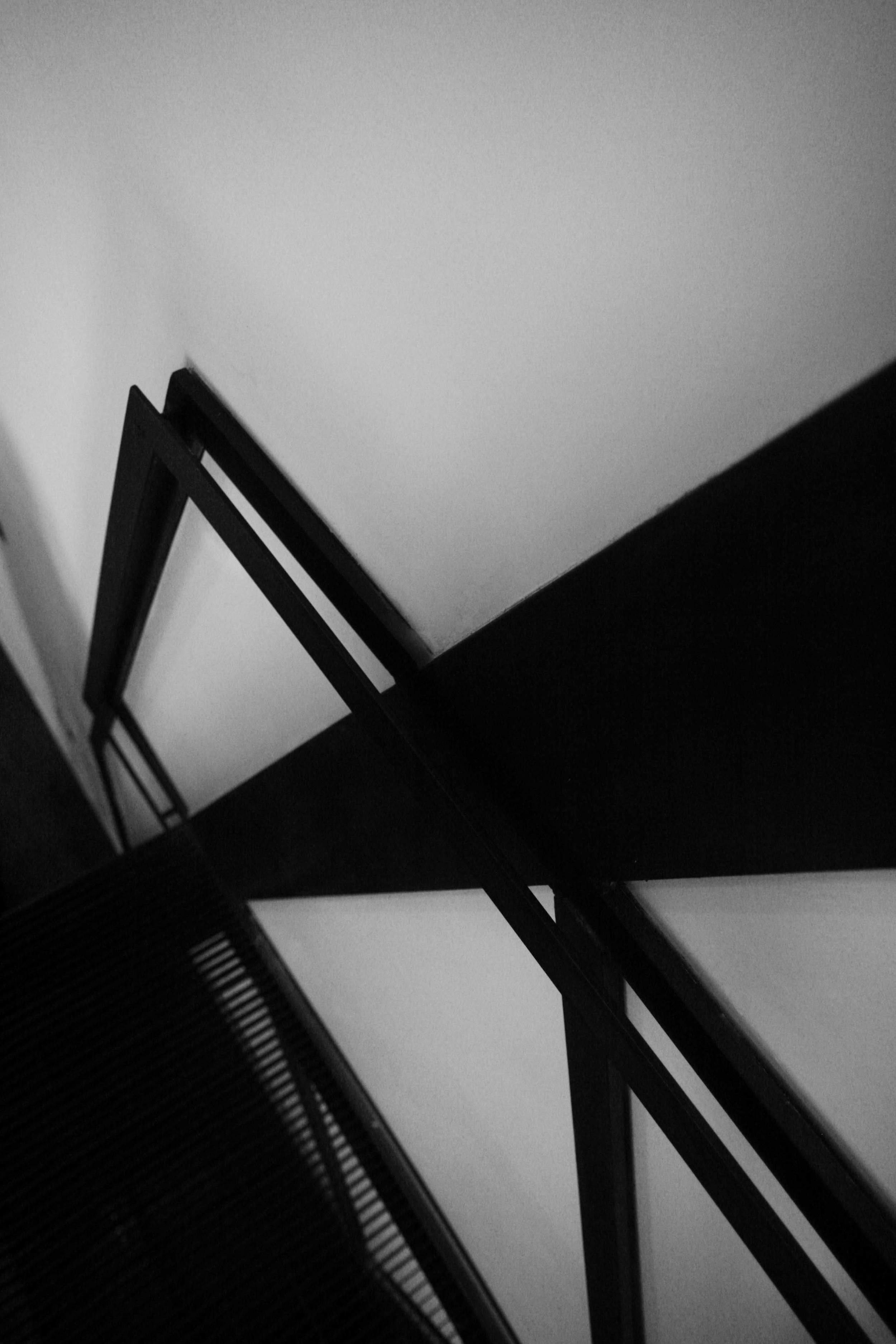 Un dettaglio della scala in ferro, con il corrimano che ricalca l'andamento dell'intelaiatura strutturale.