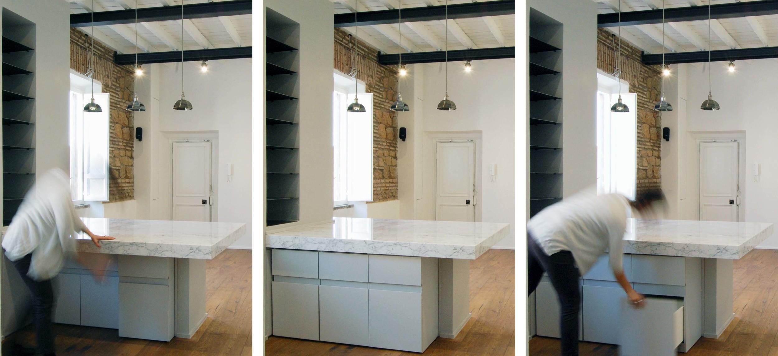 Sotto al piano in marmo, tre contenitori estraibili per facilitarne l'utilizzo senza interferire con la normale vivibilità del tavolo da pranzo.