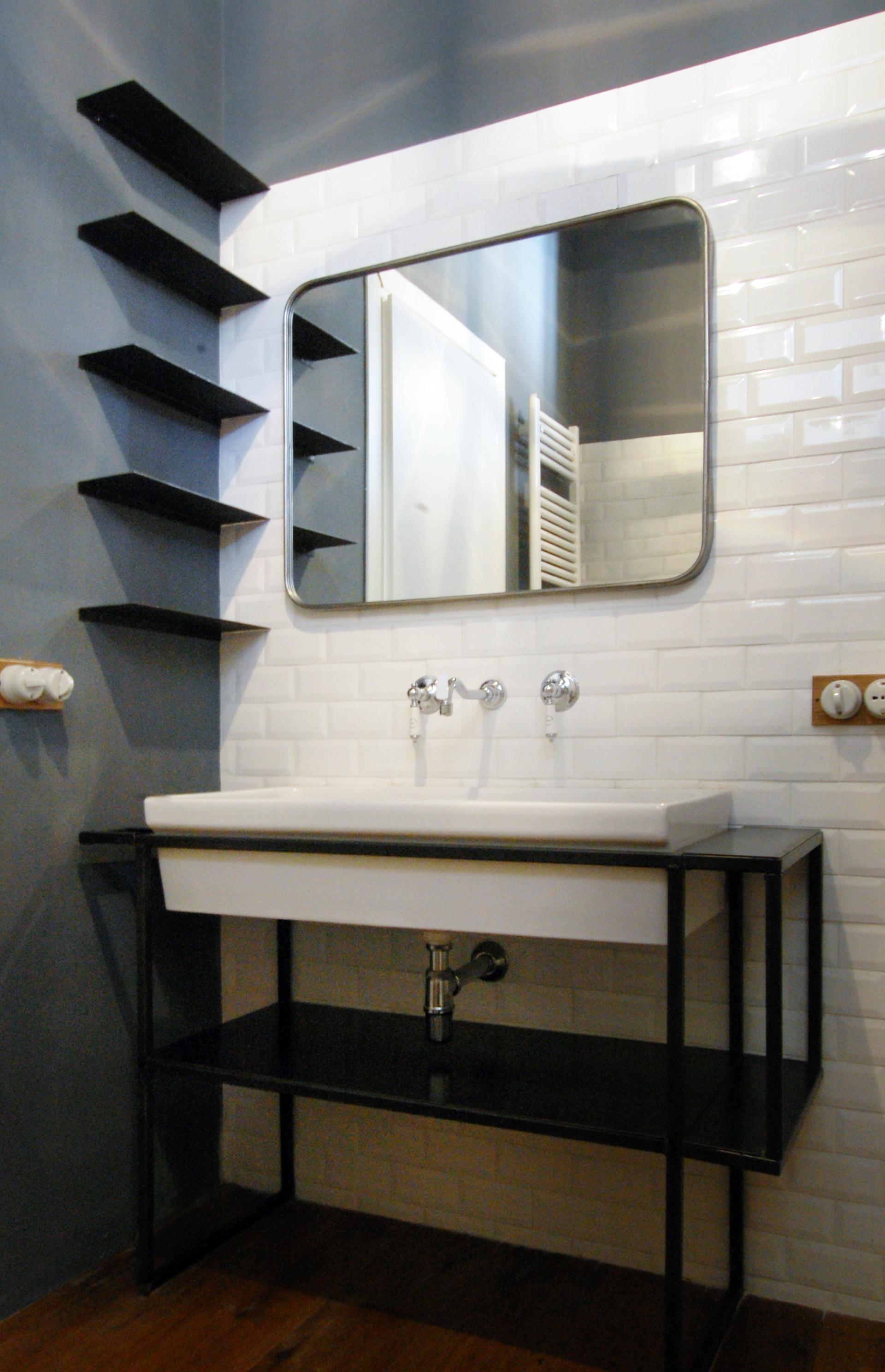 Il bagno, connubio tra le linee rigorose e dettagli romantici.