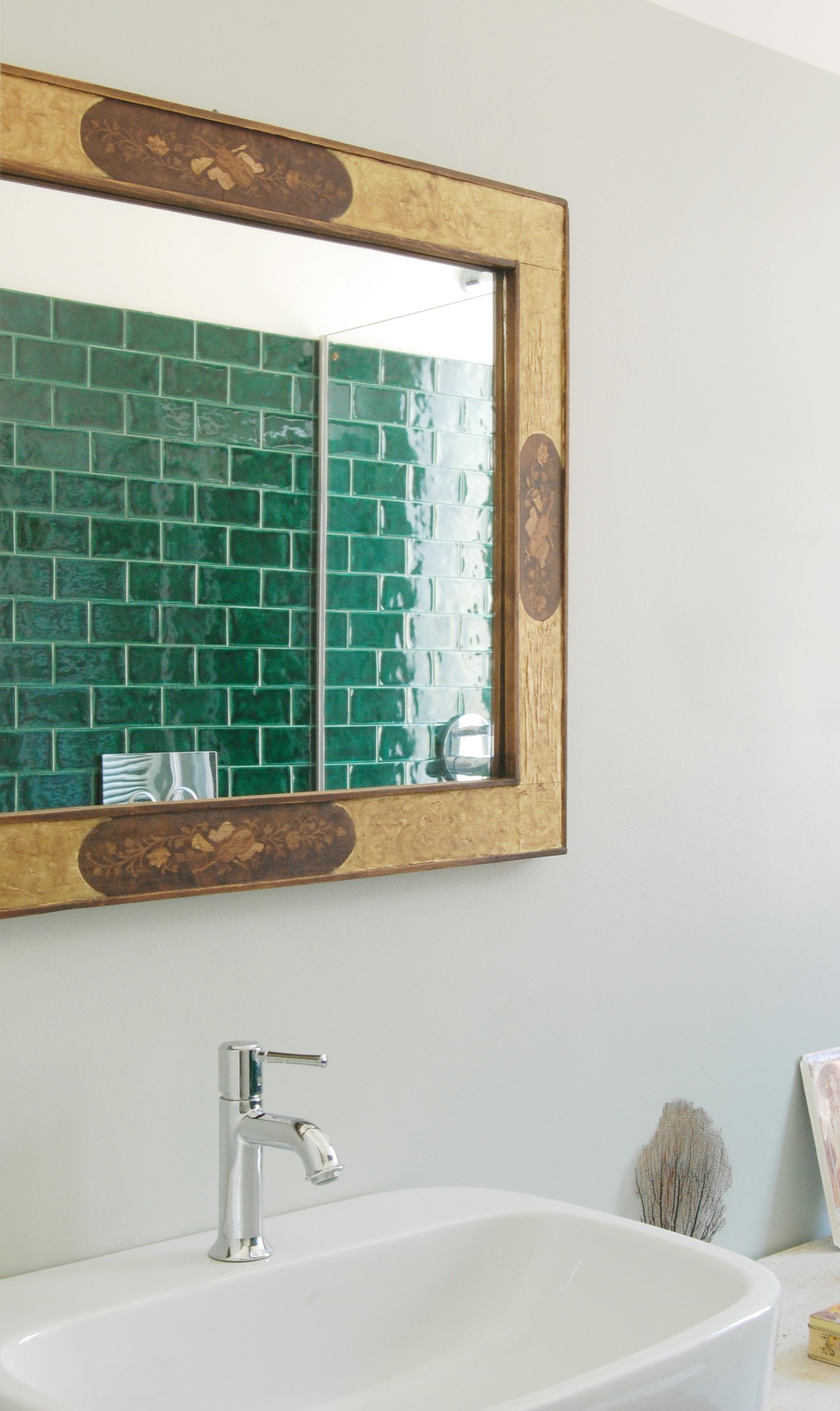 Tonalità tenui contrapposte a segni di carattere: il colore morbido delle pareti si affianca a un rivestimento che scalda d'ambiente.