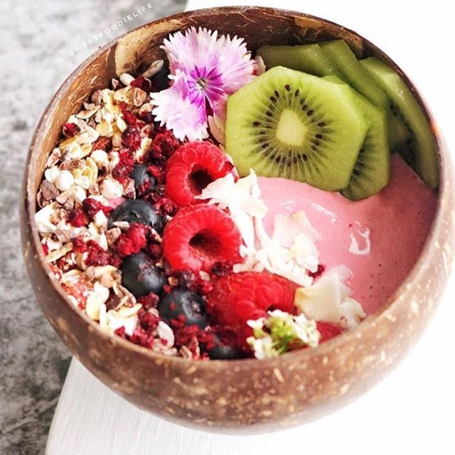 A beautiful blend of banana, frozen strawberries, @littlebeautiesfruit freeze dried boysenberries and coconut yoghurt is the base for this delicious pink smoothie bowl. What a way to start the week! 💕 #freezedried #boysenberries #littlebeauties