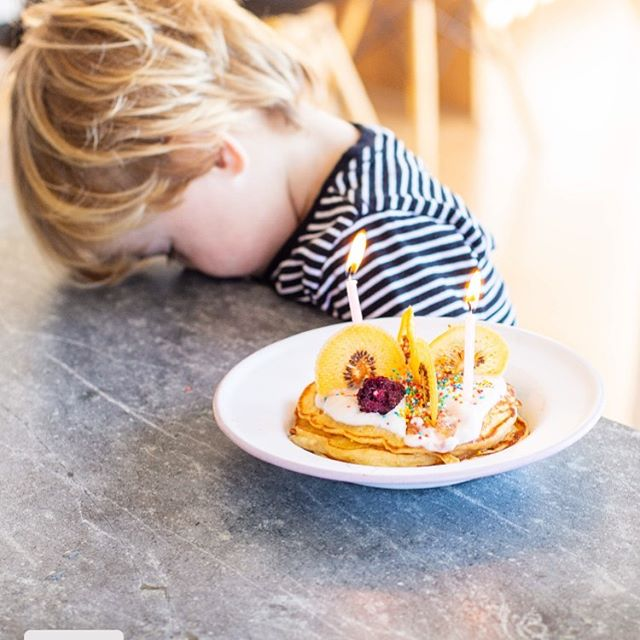 When the birthday excitement is just a bit overwhelming. Featuring birthday pancakes topped with Little Beauties dried gold kiwis and freeze dried boysenberries. It's tough being two! 🤪✌️