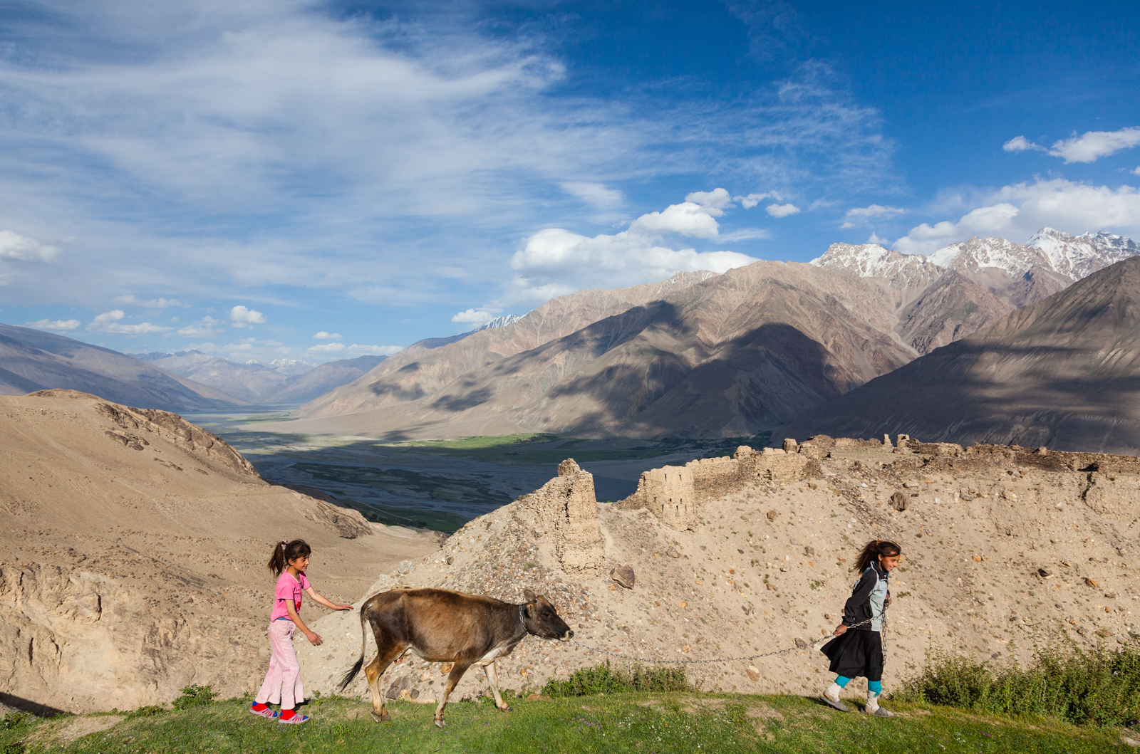 The remains of a fortress, built by a tribe of fire worshipers in the third century, dominates a ridge above the Wakhan Valley betweenTajikistan and Afghanistan. Credit: Andy Isaacson