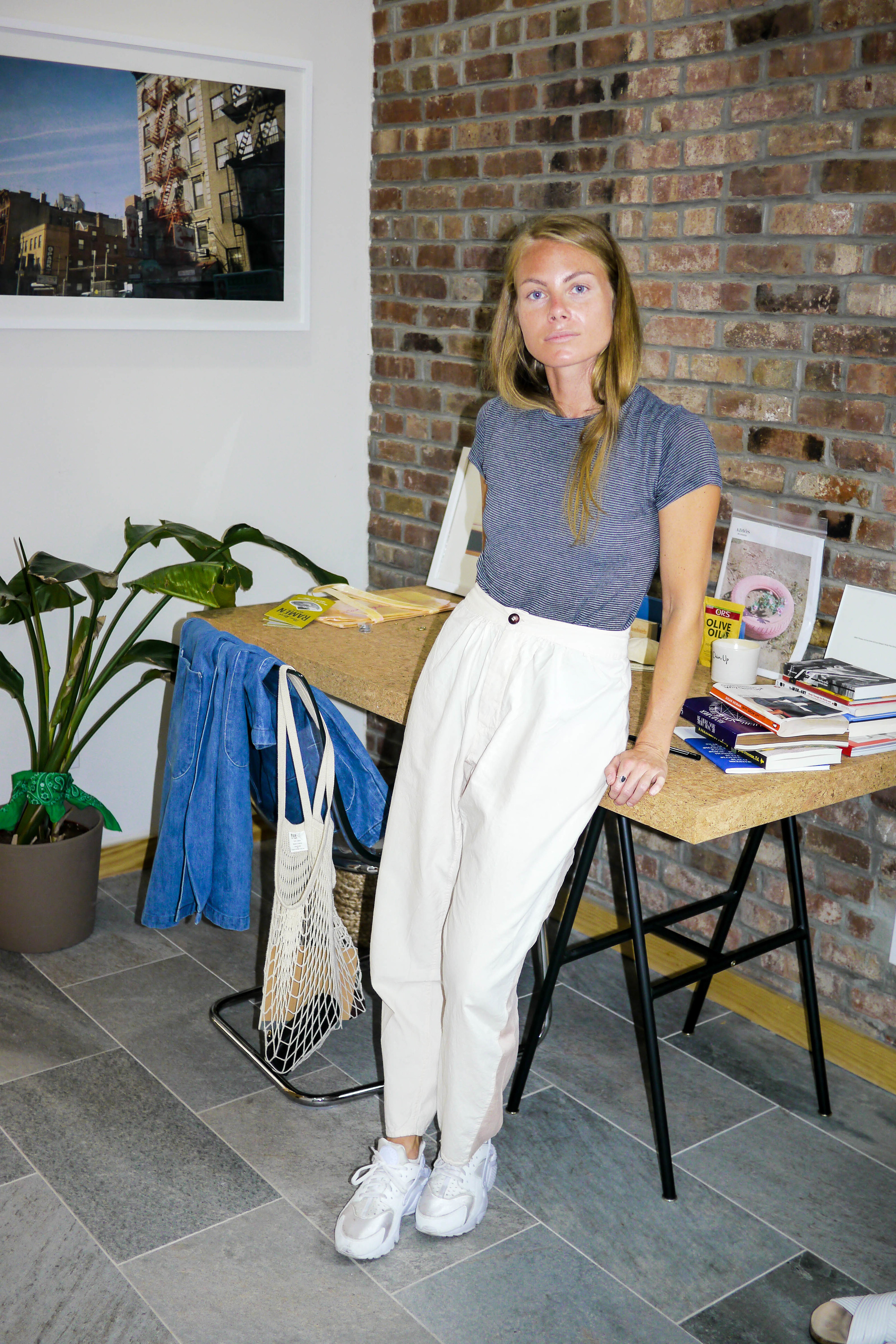 Top, Zara ; Pants, Datura ;    Shoes, Nike