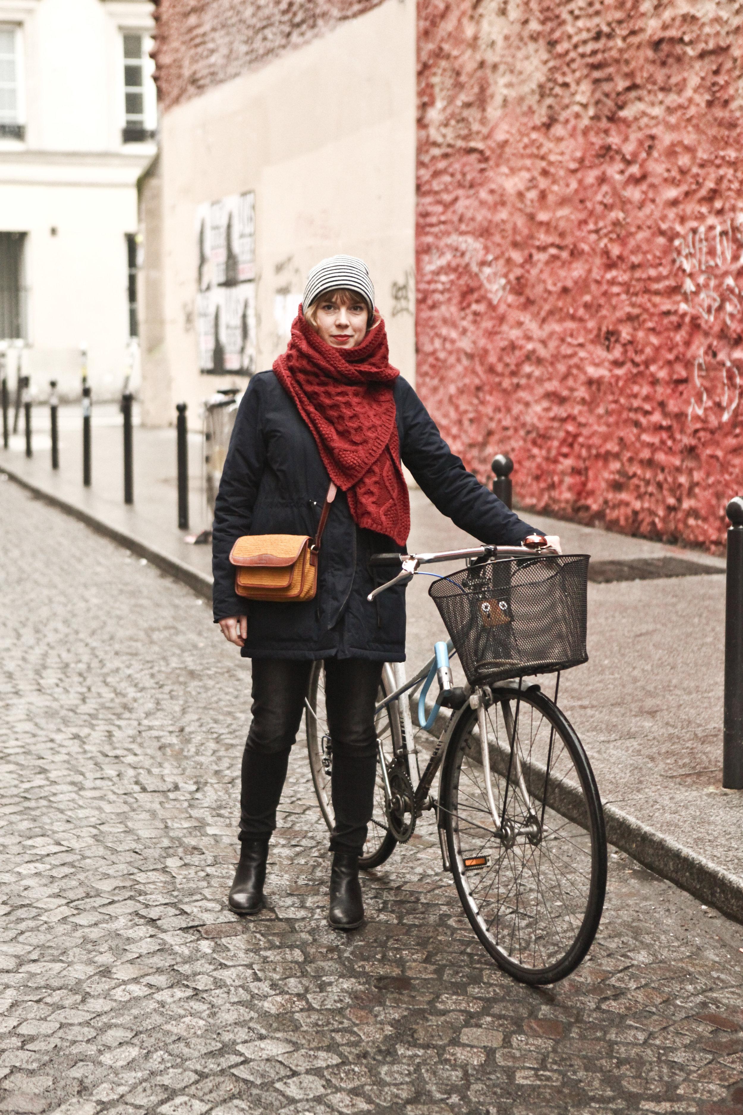 Bag: Sessun   ,    Ring: Bôme   ,    Coat & Scarf: Sessun