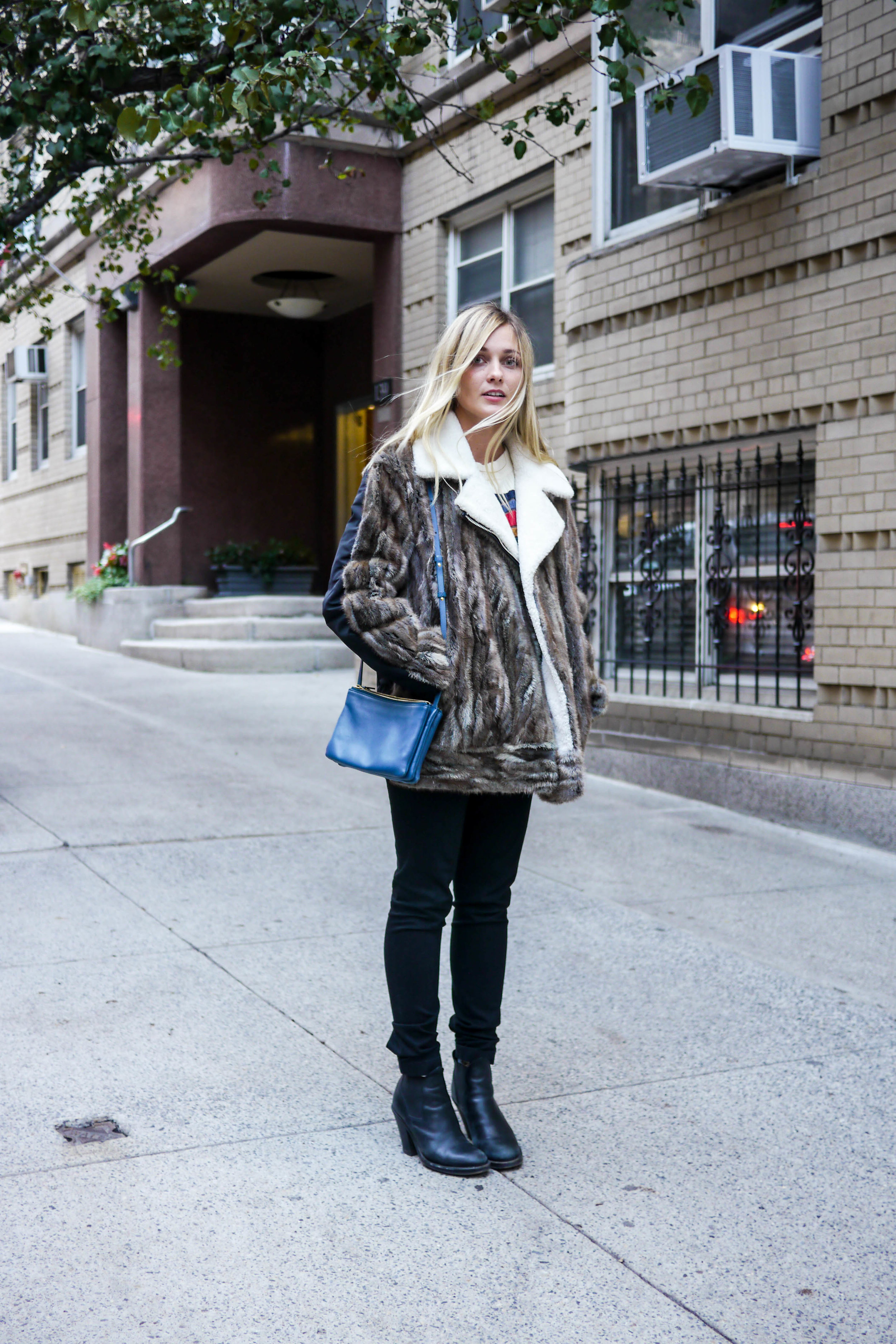 Top, Band of Outsiders ; Jeans, The Row ; Coat, No.21 ;    Bag, Céline    ;    Shoes, Acne